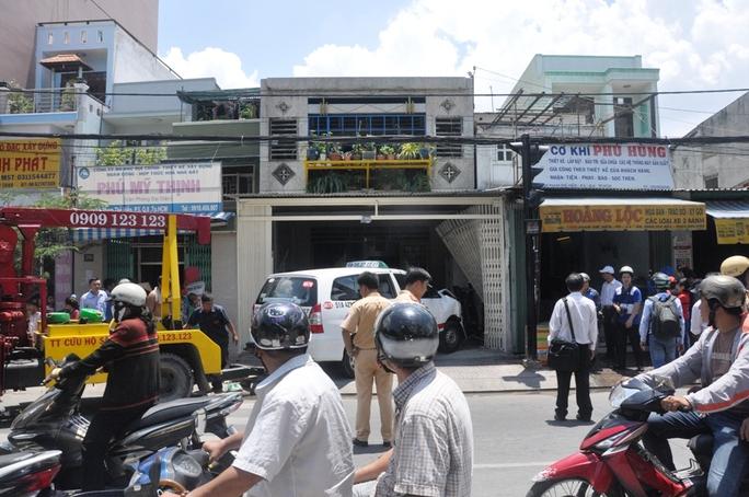 Xe cứu hộ cũng được điều động tới hiện trường để di dời chiếc taxi