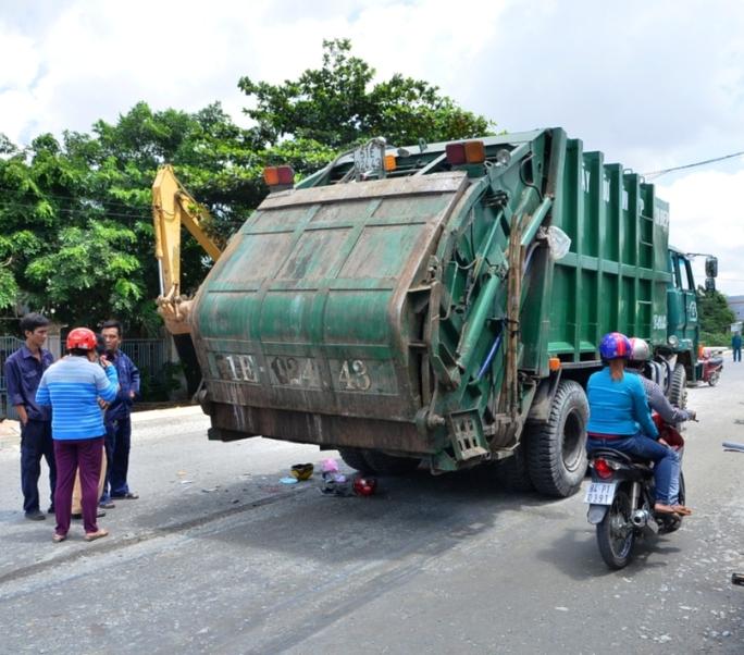 Chở con đi học về, 2 mẹ con gặp nạn dưới gầm xe rác