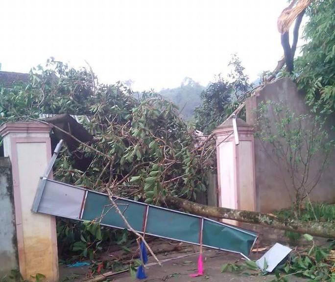 Trận lốc xoáy chiều ngày 2-5 khiến nhiều nhà dân xã Bình Chuẩn bị tốc mái.