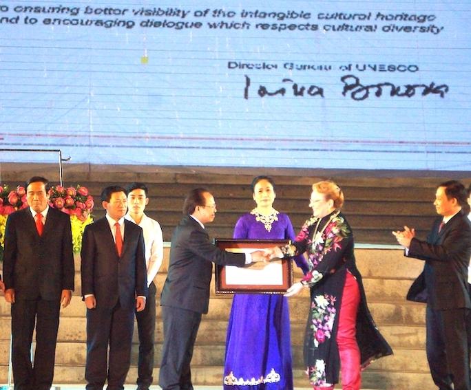 Đại diện tổ chức UNESCO trao bằng cho đại diện Bộ VHTT&DL.