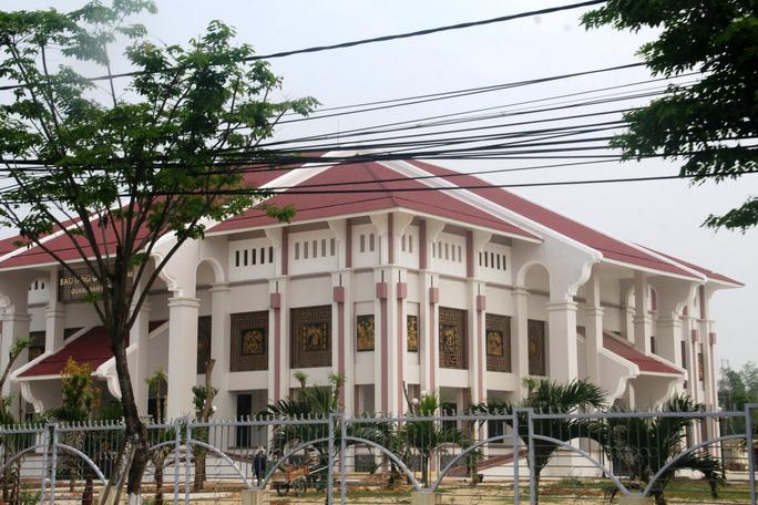 Bảo tàng tỉnh Quảng Nam nằm trên mặt tiền đường Phan Bội Châu cũng nguy nga không kém