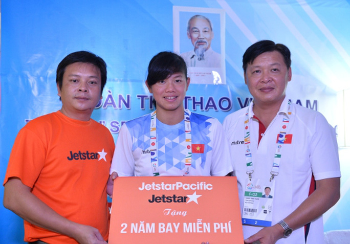 Đại diện Jetstar Pacific tặng quà cho Ánh Viên