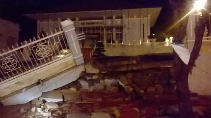 Cổng và hàng rào bị đổ sập do mưa lớn tối 10-8, Ảnh do người dân cung cấp