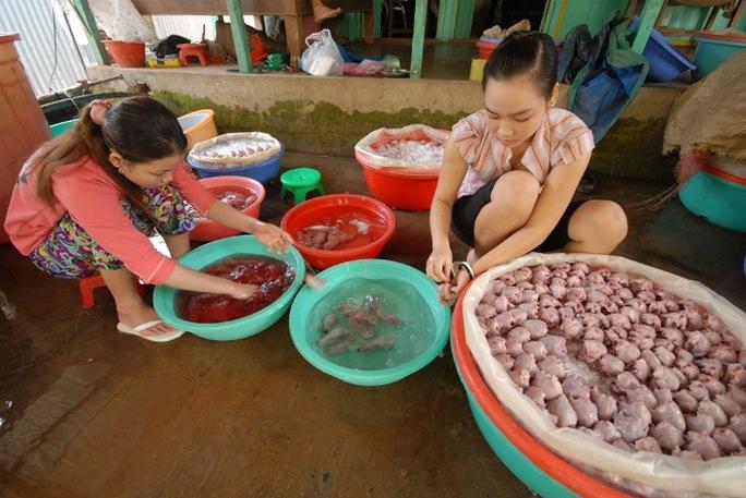 Khâu làm thịt chuột đa phần là phụ nữ, trẻ em và người già. Bà Cao Thị Thúy Hằng, người làm công lột da chuột ở chợ Phù Dật cho biết: Vào mùa chuột rộ bình quân mỗi ngày chị làm khoảng 50-70 kg thịt chuột, chủ trả tiền công gần 100.000 đồng.
