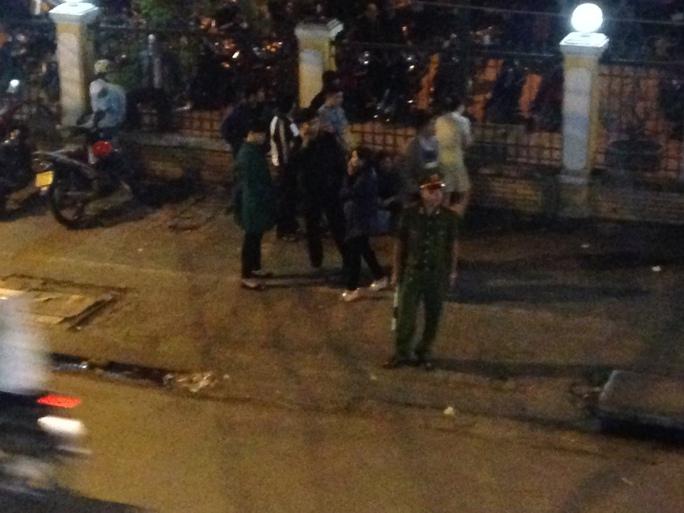 Người bệnh tại Bệnh viện Đà Nẵng đã tràn ra cả hành lang từ lúc 19 giờ, chờ đón xe đưa ông Thanh vào bệnh viện