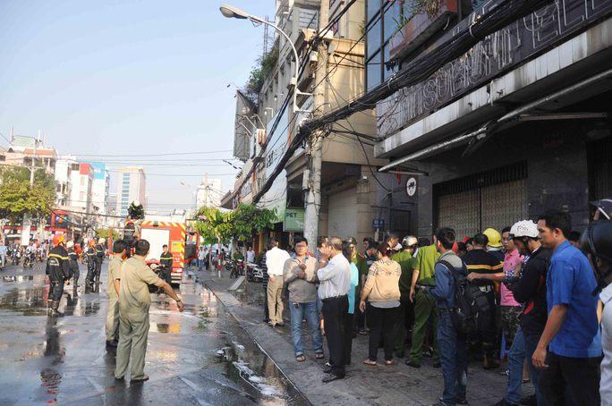 Sau hơn 20 phút chữa cháy, đám cháy tại nhà 48 Cách Mạng Tháng Tám được dập tắt