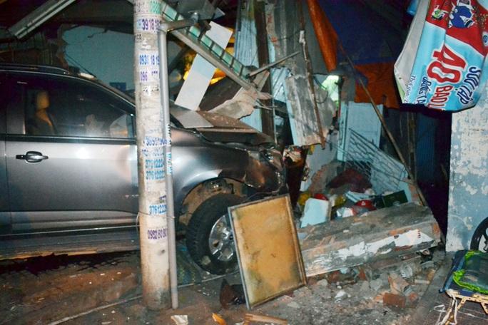 Xe tải mất lái, tông sập nhà, làm bé trai trọng thương
