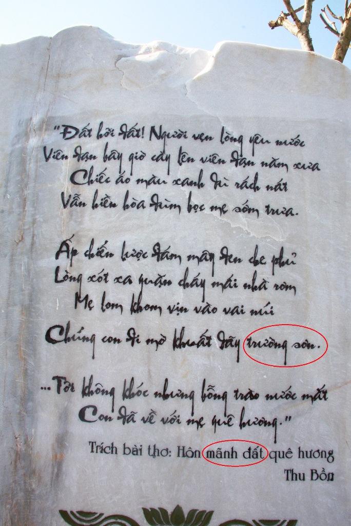 Tên địa danh được khắc bằng chữ thường trong khi tên tác phẩm viết không đúng chính tả