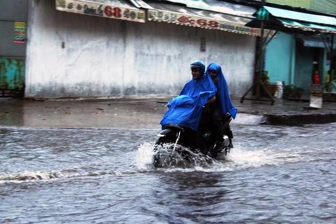 """Người Sài Gòn vui vẻ lội nước vì có mưa """"vàng"""""""