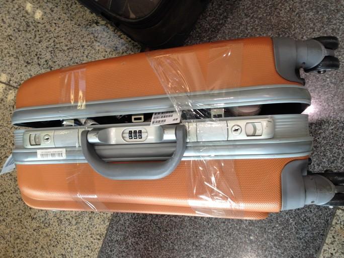 Hành lý của khách đi trên chuyến bay VJ902 từ Bangkok về sân bay Nội Bàịi (Hà Nội) bị phá khóa, moi đồ
