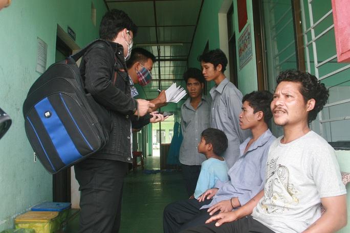 Các bệnh nhân điều trị tại Tryng tâm Y tế huyện Phước Sơn trao đổi thông tin với báo chí