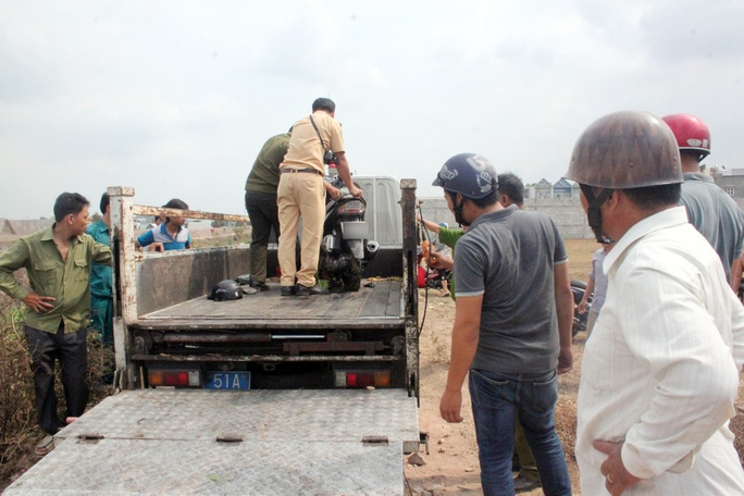 Công an huyện Hóc Môn cũng đã có mặt phối hợp với công an địa phương làm rõ nguyên nhân và trục vớt chiếc xe máy tay ga lên bờ.