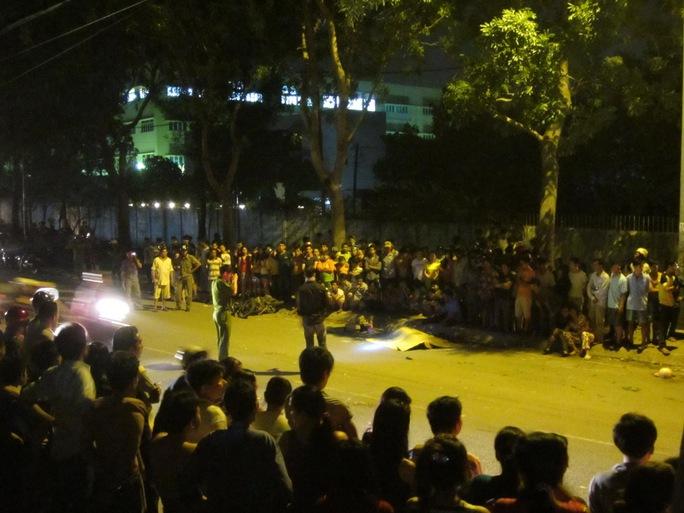 Hàng trăm người dân đến hiện trường theo dõi vụ việc