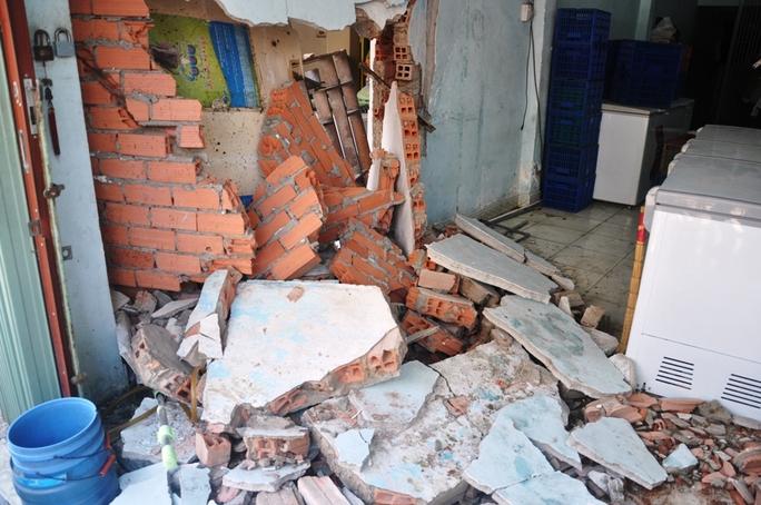 Sau cú tông mạnh, chiếc xe taxi làm thủng một mảng tường lớn căn nhà số 1206 đường Phạm Thế Hiển, phường 5, quận 8, TP HCM.