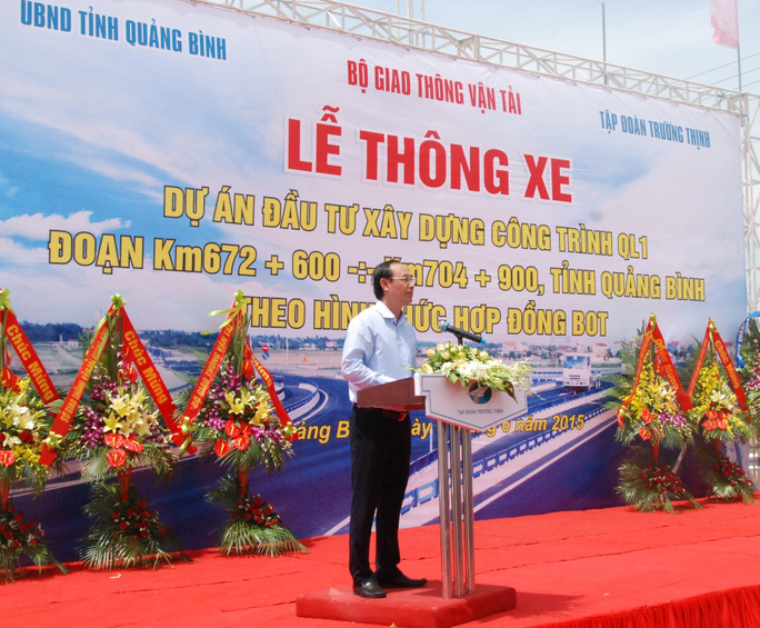Thứ trưởng Bộ Giao thông vận tải Lê Đình Thọ phát biểu tại lễ khánh thành tuyến đường tránh vượt lũ