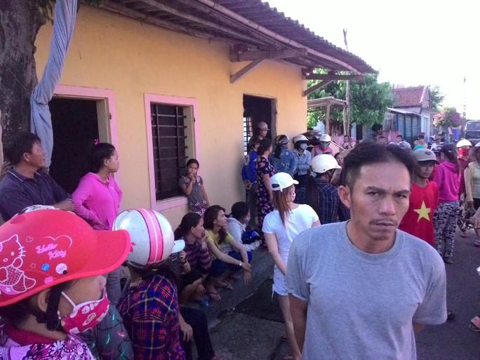 Nhiều người dân đến nhà nạn nhân Tương để chia buồn
