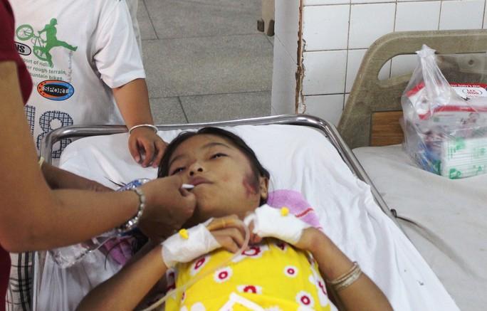 Nhiều người vẫn còn cảm thấy khó tin vì sao bé có thể tỉnh táo để sống sót suốt hơn 8 tiếng dưới lòng đất. Bé được đưa lên mặt đất lúc 1 giờ 30 phút rạng sáng!