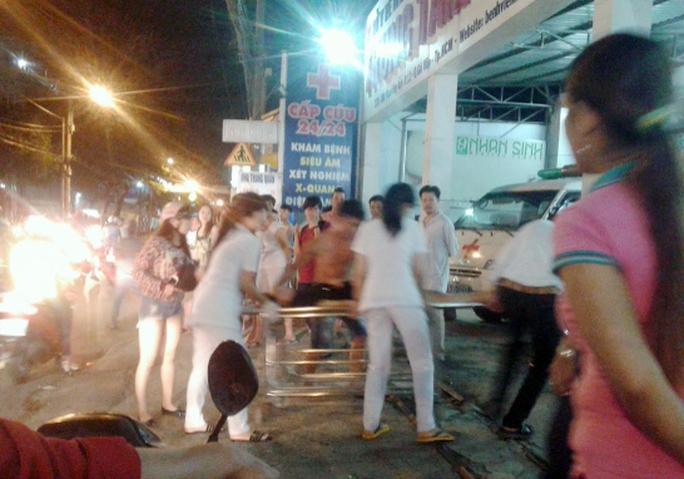 Hai nạn nhân được chuyển lên Bệnh viện Nhân dân 115 để cấp cứu