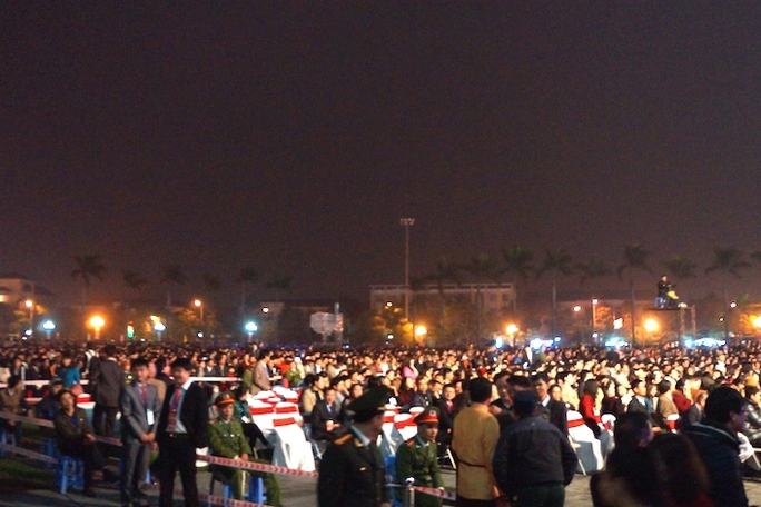 Hàng vạn người dân tới xem buổi lễ.
