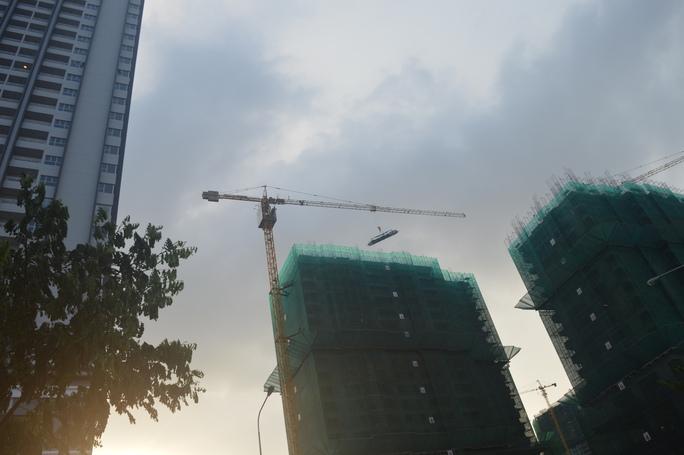 Chiếc cần cẩu cheo leo cẩu sắt cho một công trình xây khu thương mại trên đường Nguyễn Hữu Thọ (quận 7)