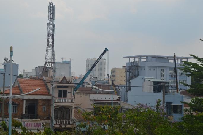 """""""Bãi"""" cần cẩu giữa khu dân cư, đoạn gần đường Nguyễn Tất Thành (quận 4)"""