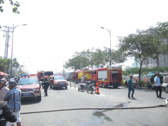 Xe chữa cháy của 4 quận được huy động để dập lửa