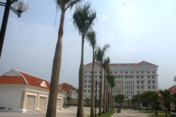 7 tầng của khu nhà được thiết kế theo kiểu hoàng cung rộng rãi, bao gồm khu hội nghị 500 chỗ ngồi và 98 phòng ở với 200 giường