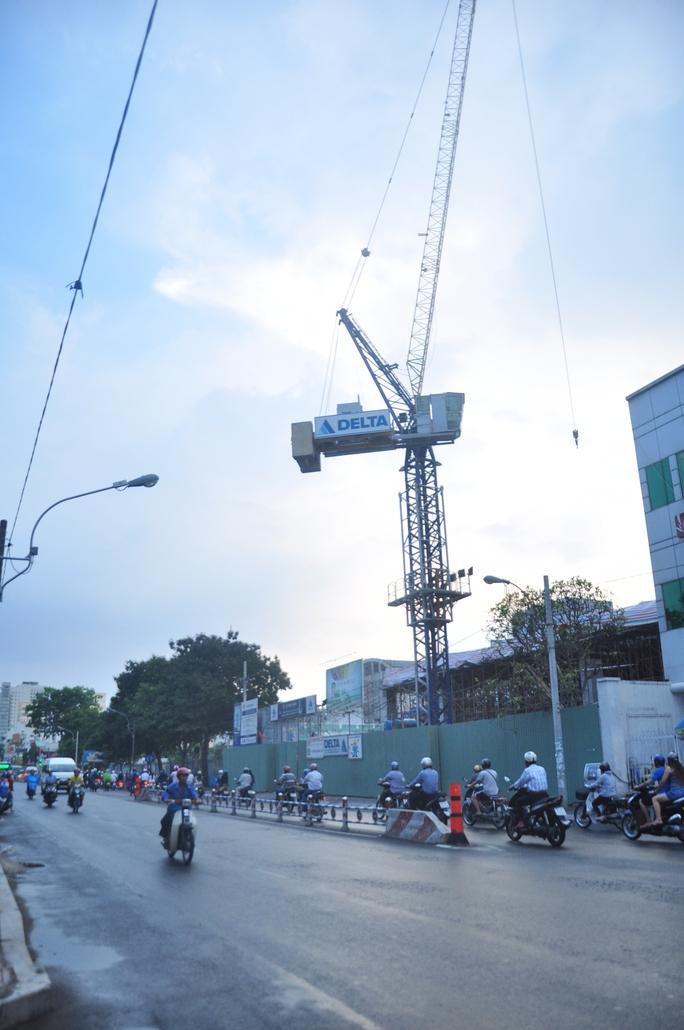 Chiếc cần cẩu lơ lửng trên đường Nguyễn Thị Minh Khai (quận 1)