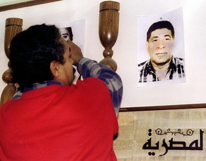 Al-Batouti trong cuộc họp báo của Liên đoàn Phi công Ai Cập năm 1999  Ảnh: Reuters