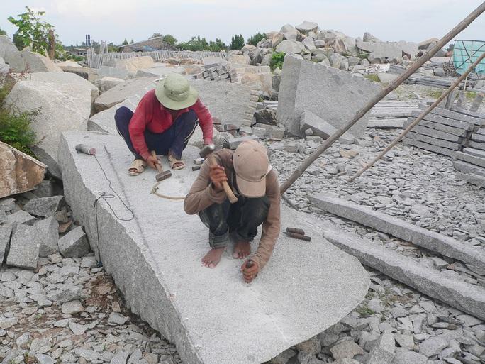 Công nhân đang gia công thuê tại 1 điểm tập kết đá gần mỏ khai thác đá Hòn Sóc.