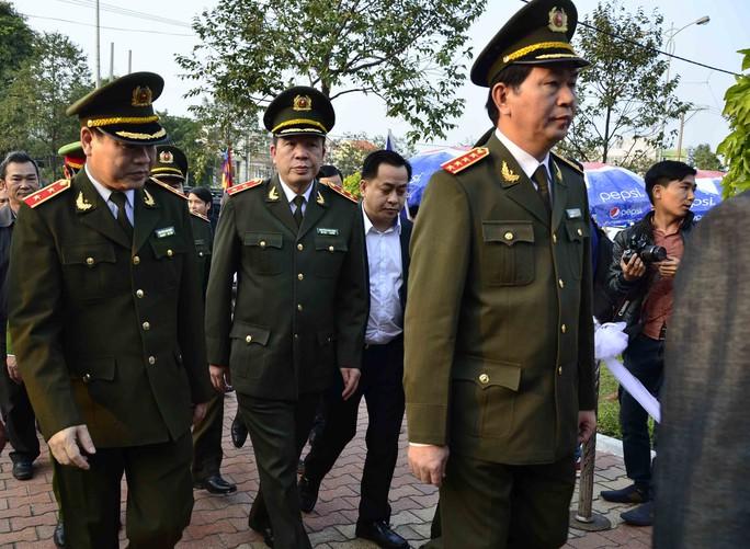 Lúc 17 giờ, đoàn của Bộ Công an do Đại tướng Trần Đại Quang dẫn đầu đã đến viếng và chia buồn với gia đình ông Thanh.