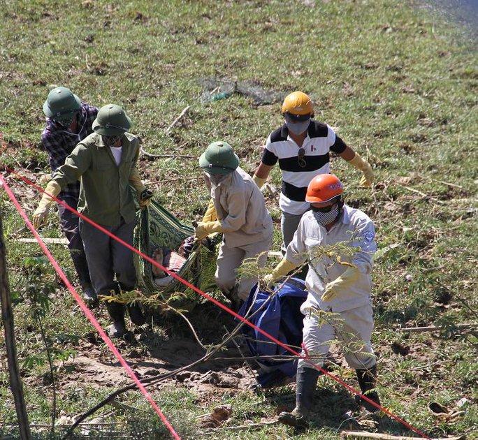 Lực lượng chứng năng vớt thi thể nạn nhân bị đâm thunlên bờ.