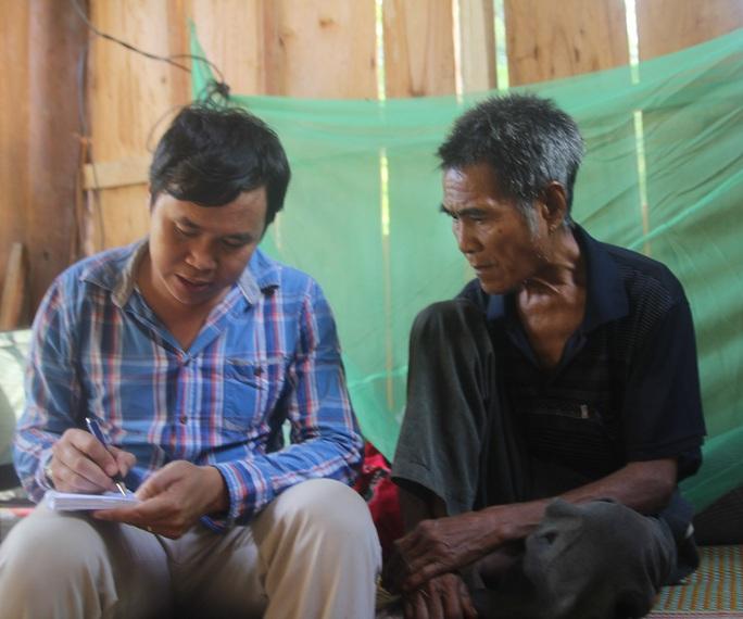 Ông Lo Văn Bình (bố nạn nhân Thọ) trao đổi với phóng viên Báo Người Lao Động.