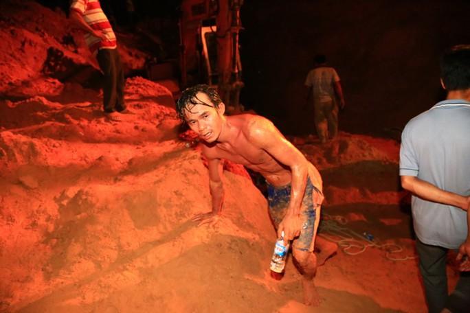 Thợ đào giếng Trần Lê Phương đi không nổi khi thực hiện xong pha đào giếng, tìm đường đưa bé gái lên mặt đất