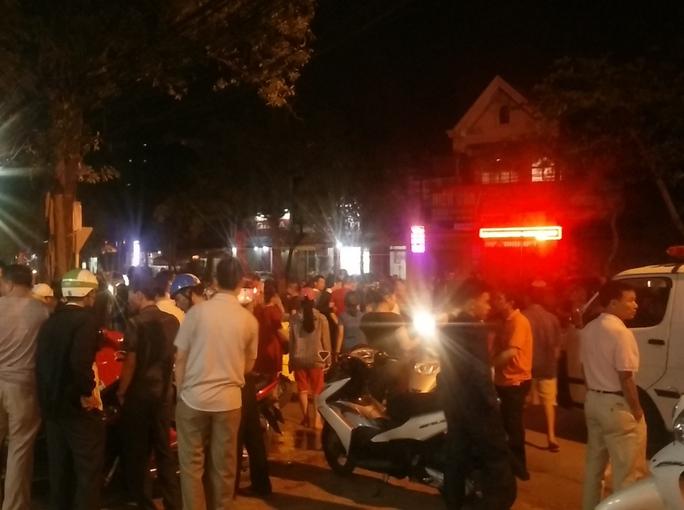 Rất đông người dân hiếu kì đứng xem vụ tai nạn khiến giao thông bị ùn tắc.