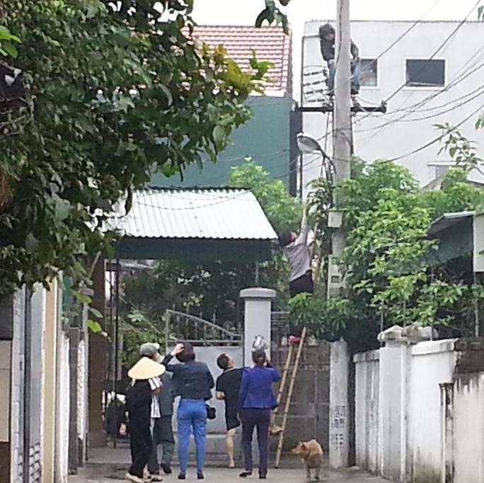 Thanh niên nghi ngáo đá trèo lên cột điện ngồi gần 12 giờ.