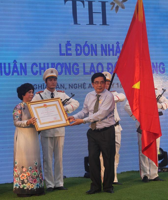 Bộ trưởng Bộ Nông nghiệp và Phát triển nông thôn Cao Đức Phát trao Huân chương lao động hạng Ba cho lãnh đạo tập đoàn TH.