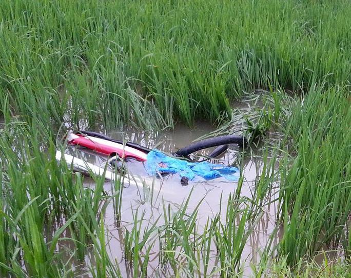 Trên đường tháo chạy xế hộp tông anh Thắng và xe máy bay xuống ruộng.