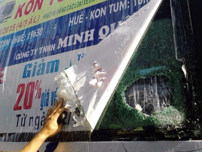 Chiếc xe Minh Quốc bị ném đá vỡ kính - Ảnh nhà xe cung cấp