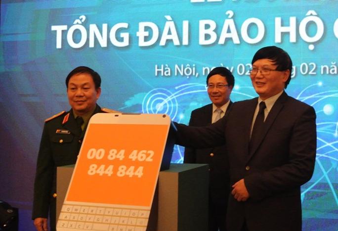Phó Thủ tướng Phạm Bình Minh chứng kiến Cục trưởng Cục Lãnh sự (Bộ Ngoại giao) và lãnh đạo Viettel kết nối đường dây đưa tổng đài vào hoạt động