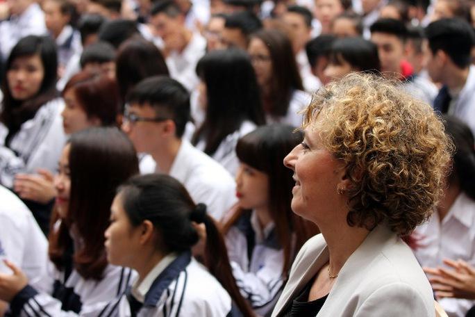 Bộ trưởng Christine Antorini xem tiết mục văn nghệ của các em học sinh