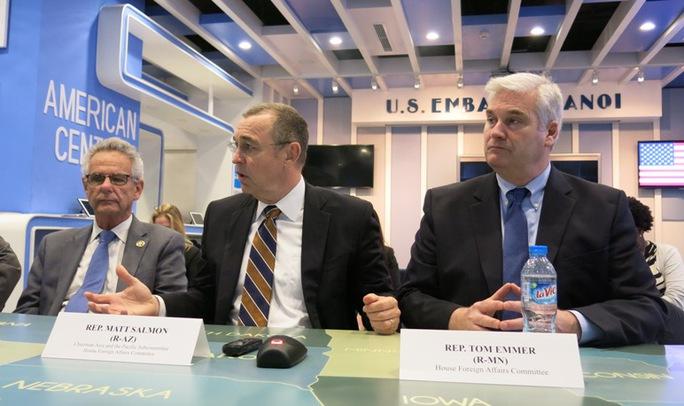 Hạ nghị sĩ Matt Salom (giữa) tại buổi họp báo