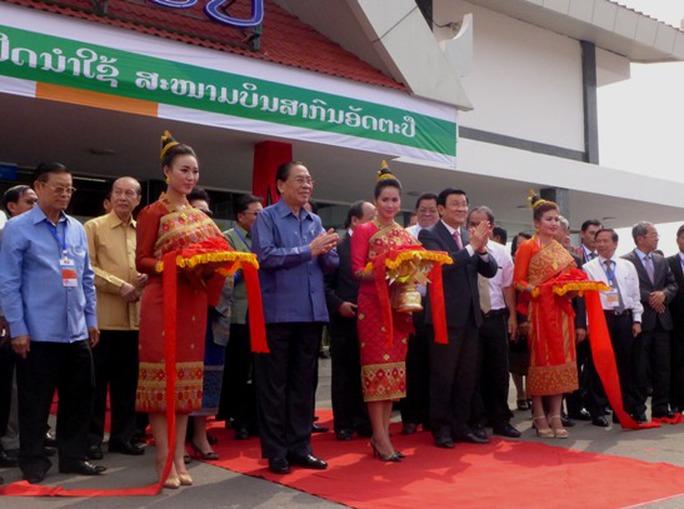 Chủ tịch nước cắt băng khai trương sân bay Attapeu tại Lào