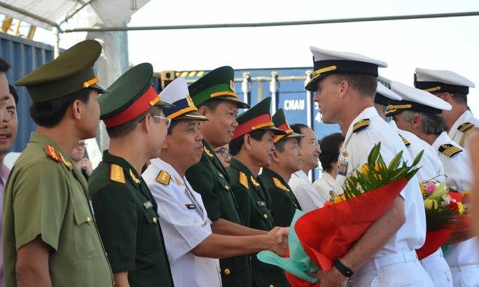 Hải quân Mỹ và Việt Nam chào xã giao tại lễ đón tàu bệnh viện USNS Mercy sáng 17-8