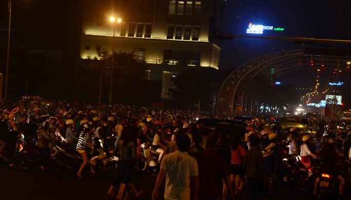 Kẹt xe cục bộ ở nút giao thông dưới chân cầu Rồng sau khi màn trình diễn pháo hoa kết thúc