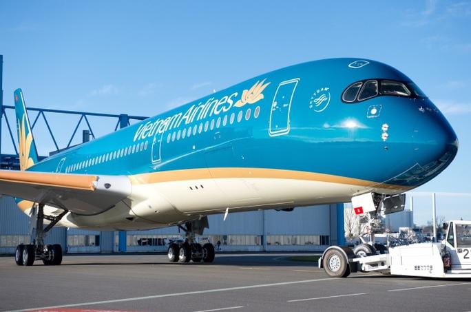 Phía dưới khoang bụng máy bay có đường sơn màu vàng sẫm nổi bật trước khi tiếp giáp với sơn màu trắng