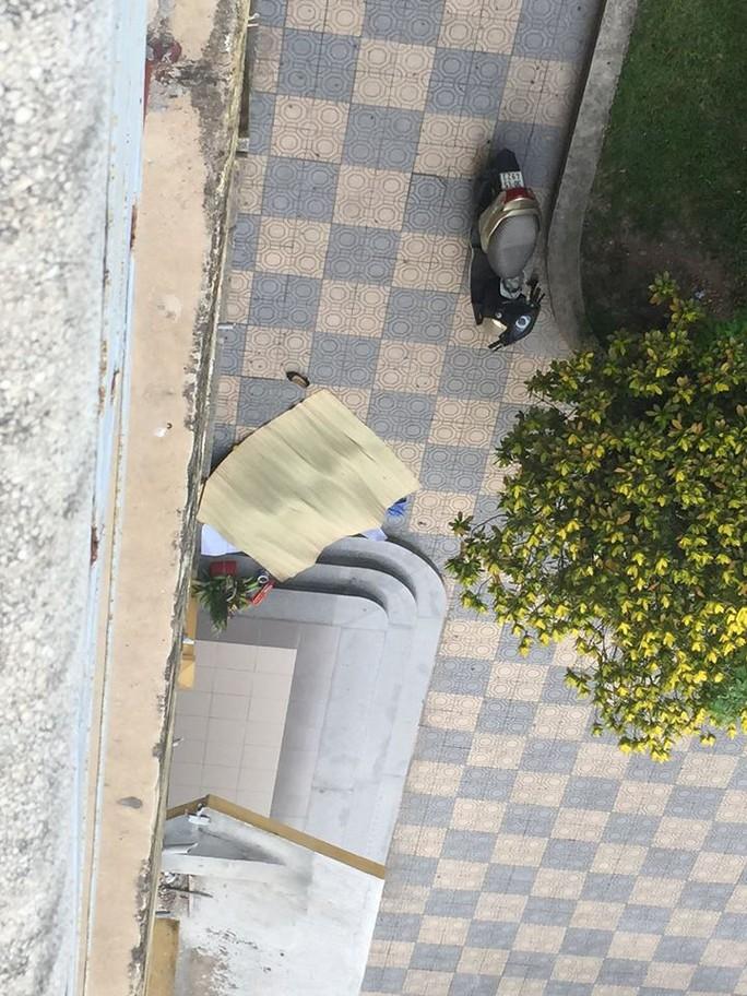Vị trí nạn nhân tử vong nằm ngay cạnh lan can tầng 1 của tòa nhà