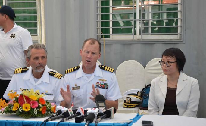 Đại diện tàu bệnh viện USNS Mercy trả lời báo chí Việt Nam tại lễ đón