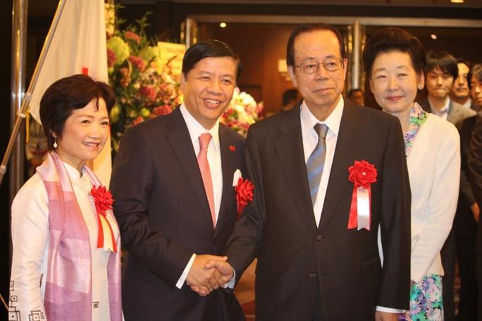 Đại sứ Nguyễn Quốc Cường và Phu nhân (trái) cùng Cựu Thủ tướng Fukuda Yasuo và Phu nhân