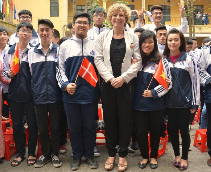 Bộ trưởng Christine Antorini chụp ảnh lưu niệm cùng học sinh THPT Đinh Tiên Hoàng